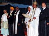 Представители шести различных религий возносят свои молитвы на открытии программы мирового турне в Нигерии