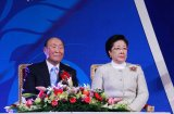 Д-р Мун Сон Мён с супругой на сцене
