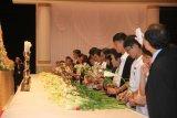 Тысячи людей прощаются с телом преподобного Муна