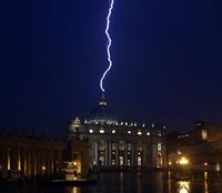 После заявления Папы Римского об уходе на покой в купол собора св. Петра в Риме ударила молния