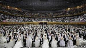 Мунисты одновременно женили 30 тысяч человек