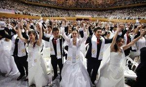 На стадионе в Южной Корее поженились 5200 пар